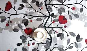 grey wallpaper with red flowers tablecloth white black with red flowers beige shadow also