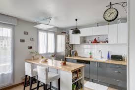 idee deco bar une cuisine moderne avec des portes de placards origami et un bar