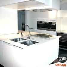 cuisine blanche avec ilot central evier inox avec plaque de cuisson evier de cuisine coro inox anti