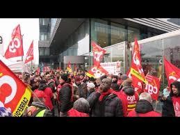 siege de la cgt au coeur du rassemblement cgt devant le siège carrefour à massy