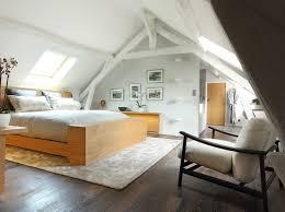 chambre poutre apparente chambre lumineuse aménagée sous les combles avec poutres apparentes