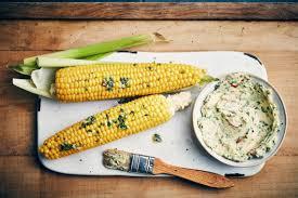 cuisiner des epis de mais maïs vapeur au beurre de coriandre oui le magazine de la ruche