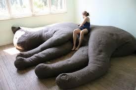 gros canapé une peluche de géante comme canapé drôle d atmosphère