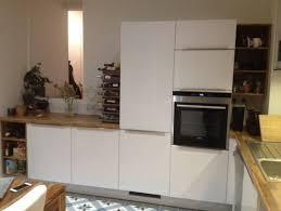 cuisine blanc et noyer cuisine blanc polaire brillant plan de travail noyer planches