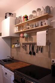 küche leipzig praktische regalbretter in leizpiger küche mit gewürzen geschirr
