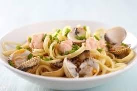 cuisiner des coques recette de spaghetti à la crème de vodka et coques nage de poisson