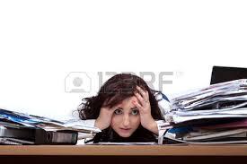 le de bureau à pile femme employée de bureau assis avec les pieds sur le bureau