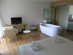 hotel baignoire dans la chambre vaste et chambre avec baignoire en plus de la
