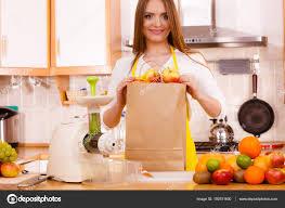 femme dans la cuisine femme dans la cuisine à préparer les fruits pour extraction