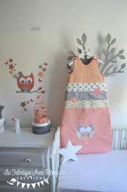 d orer la chambre de b linge de lit décoration chambre bébé chevron étoiles pois corail