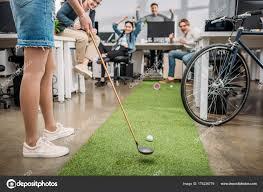 mini golf de bureau cropped image fille jouer mini golf avec des collègues bureau