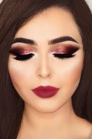 Make Up berry and smokey with sparkling eyeshadow is for