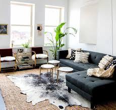 salon avec canapé noir comment adopter la peau de vache dans l intérieur tapis en peau