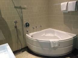 badezimmer mit eckbadewanne eckbadewanne im badezimmer eines superior zimmers picture of