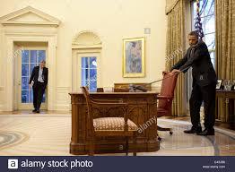 bureau president americain le président américain barack obama avec rahm emanuel dans le bureau