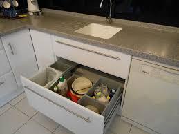 tiroirs de cuisine aménagement de cuisine tiroir poubelles recyclage motorisé