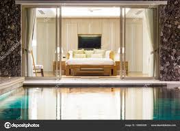 chambre avec piscine intérieur de luxe au design à la chambre de villa avec piscine avec
