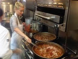gwyneth paltrow recettes de cuisine gwyneth paltrow se met aux fourneaux et sort un livre de recettes