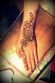 cận cảnh cô gái vẽ henna tattoo thu bạc triệu mỗi tháng kinh