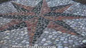 Pietra Di Luserna Prezzi by Pietreesassi Pavimento Esterno In Ciottoli Con Rosa Dei Venti