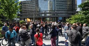 en grève les salariés d otis manifestent devant le siège de la