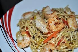 cuisine asiatique poulet recette de nouille chinoise sautée poulet crevettes