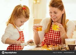 mere et fille cuisine mère et fille dans une cuisine préparation de farine pour