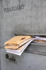 bureau d impot bureau d impôts avec la boîte aux lettres excessive à la date