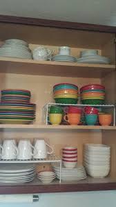 how do you arrange dishes in kitchen cabinets pin de kristy em organizing organização da cozinha