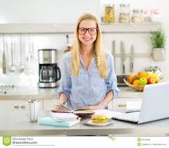 etudiant cuisine femme étudiant dans la cuisine photo stock image du