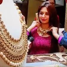 wedding jewellery divyanka tripathi tries necklace during wedding jewellery shopping