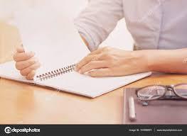 bloc note sur bureau femme d affaires avec bloc notes vide sur bureau bureau