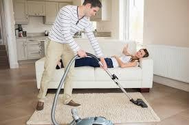 femme qui cuisine un homme qui fait souvent le ménage serait un meilleur coup au lit