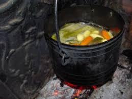 chaudron pour cuisiner un froid d hiver à faire un pot au feu à la cheminée par de