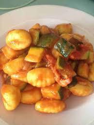 cuisiner les gnocchis gnocchis courgettes bacon et sauce tomates cuisine