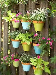 balkon blumentopf balkon blumentopf an dem zaun ordnen ideen bunt blau grün dekoidee