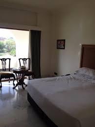surface chambre hotel vaste surface pour une chambre très dépouillée mais confortable