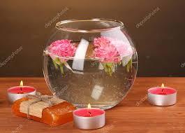 composizione di candele composizione spa di candele sapone e rosa galleggianti su