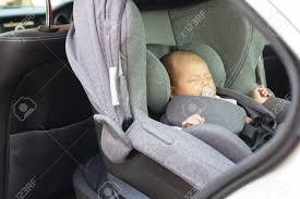 siege auto nouveau né mignon d un mois nouveau né asiatique dormir dans le siège de