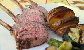 cuisiner un carré d agneau carré d agneau à la moutarde sur le barbecue plume et fourchette