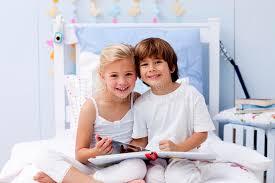 leselen schlafzimmer kinder die ein buch im schlafzimmer lesen lizenzfreies stockbild