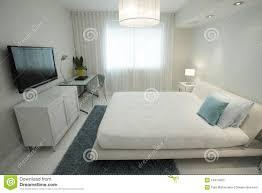 tv dans chambre chambre à coucher avec une télévision de hd image stock image du