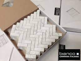 Marble Mosaic Backsplash Tile by Best 25 Carrara Marble Kitchen Ideas On Pinterest Marble