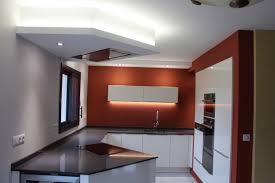 spot dans cuisine revêtement de sol carrelage coloris blanc revêtement mural