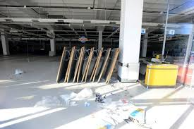 toys r us siege social sad pictures toys r us is now completely empty plymouth herald