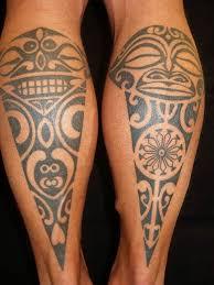 maori tribal tattoos an den waden mit tiki symbolen tatuajes