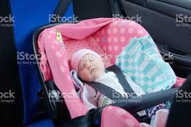 siege auto bebe fille photo de nouveauné endormi dans le siège auto concept de sécurité