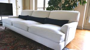 rehousser un canapé la housse de canapé sur mesure atelier du passage