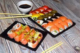 cuisine japonaise traditionnelle le sushi est un plat de cuisine japonaise traditionnelle photo