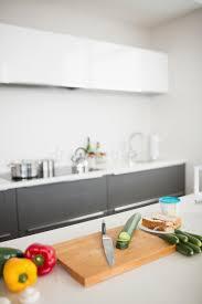 hachoir de cuisine légumes avec le couteau et le hachoir sur le comptoir de cuisine